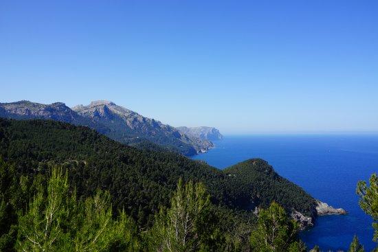 Vy ut över Medelhavet och Tramuntanabergen. Vanring mellan Estellencs och Banyalbufar.