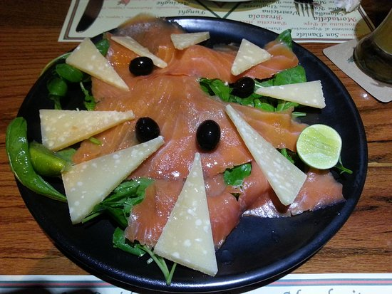 Hops Brew House: Salmon salad with cheese