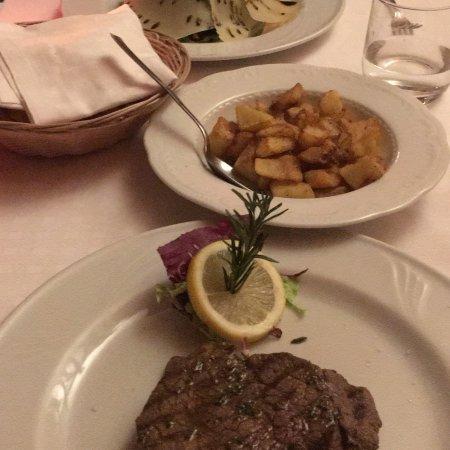 Squisiti gnocchi con formaggio e tartufo e filetto al rosmarino, tagliata e patate al forno croc