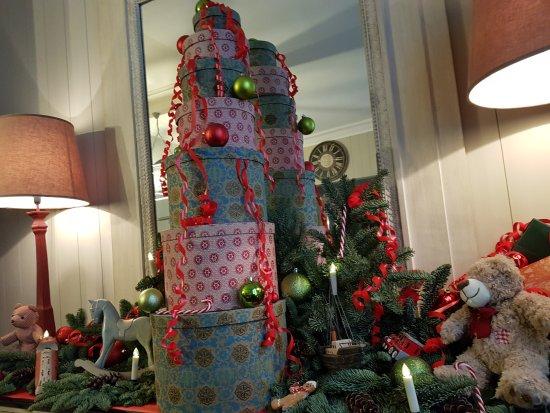 Hotel de l'Avre: Hall d'accueil décoré pour Noël
