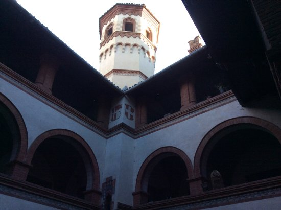 Borgo Medievale: Detalle de una torre desde un patio interior.