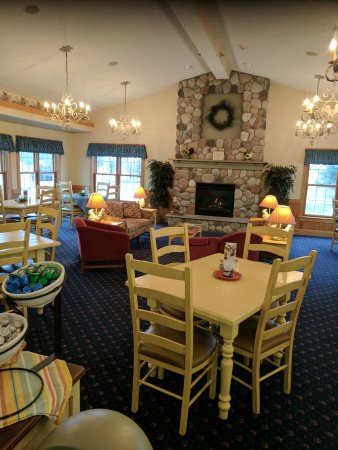 Essenhaus Inn & Conference Center: Comfortable area where breakfast and coffee are available