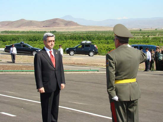 Armavir, Armenia: Призидент Армении принимает Парад  в честь 90 летия  Сардарапа́тской битвы.