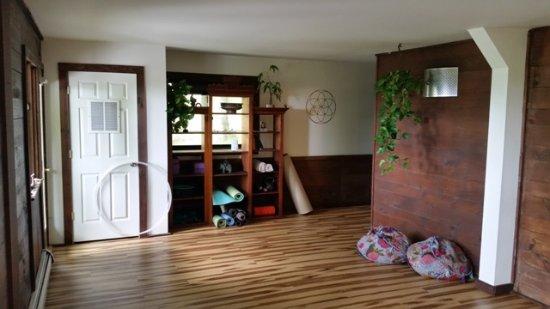 โบลตันเวลลีย์, เวอร์มอนต์: Yoga studio, also used for meetings, movie nights, etc.