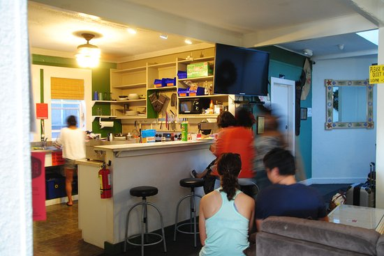 Northshore Hostel Maui: Shared kitchen and seating area