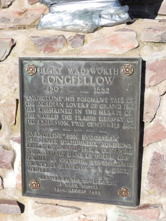 Grand Pre, Канада: Henry Wadsworth Longefellow statue and plaque