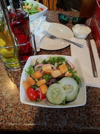 Matamoras, Pensilvania: Fresh salad. Nice portion.