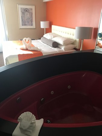 Howard Johnson Hotel by Wyndham by the Falls Niagara Falls: king bed + jacuzzi