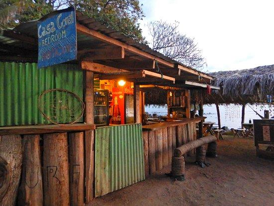 Los Cobanos, El Salvador: Vista exterior de Restaurante La Ballena