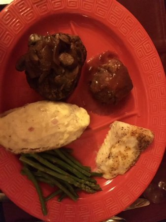 Echo Canyon Spa Resort: 3-entree meal with stuffed potato and asparagus