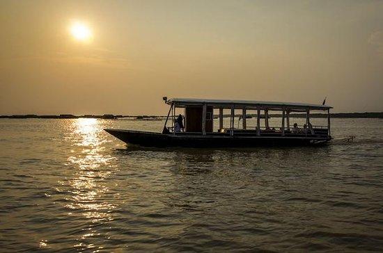 Crucero al atardecer en el lago Tonle...