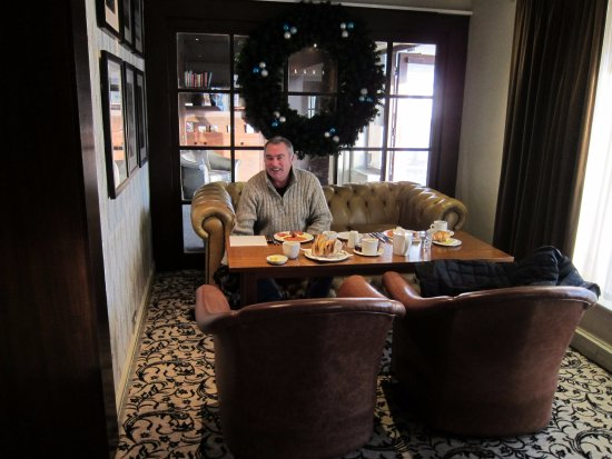 Trearddur Bay Hotel: Breakfast with our small dog in the Lounge area