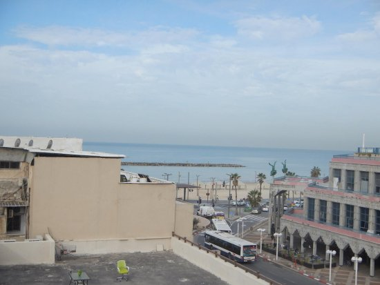Hayarkon 48 Hostel: one minute from the hostel is the beach , view from hostel roof