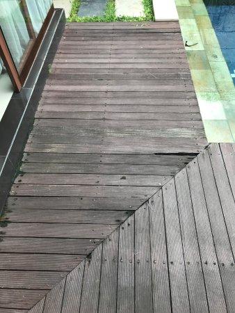 بالي سويس فيلا: Rotting Pool deck - dangerous