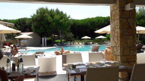 Narbolia, İtalya: A table avec vue sur la piscine et le coeur du resort