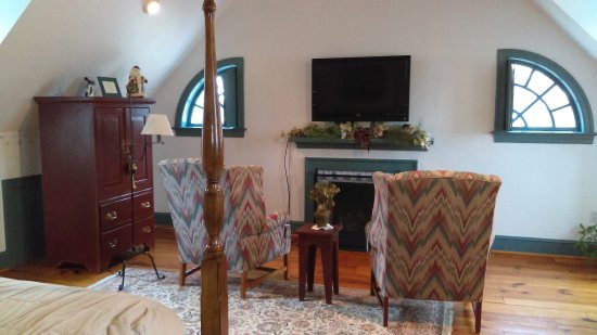 The Inn at Osprey Point: Bolero with fireplace