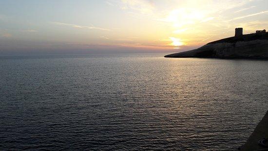 Santa Caterina di Pittinuri, Italie : Coucher de soleil depuis la terrasse