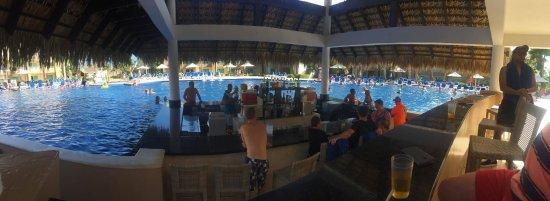 Memories Splash Punta Cana: Uitzicht vanuit de poolbar. In het zwembad kan je ook je drankje bestellen