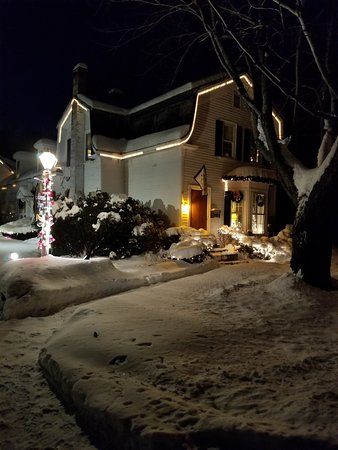 The Admiral Peary Inn Bed & Breakfast: inviting on a cold winters night