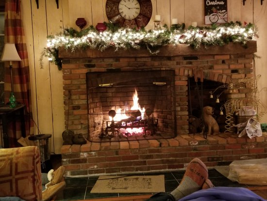 The Admiral Peary Inn Bed & Breakfast: Great fireplace!