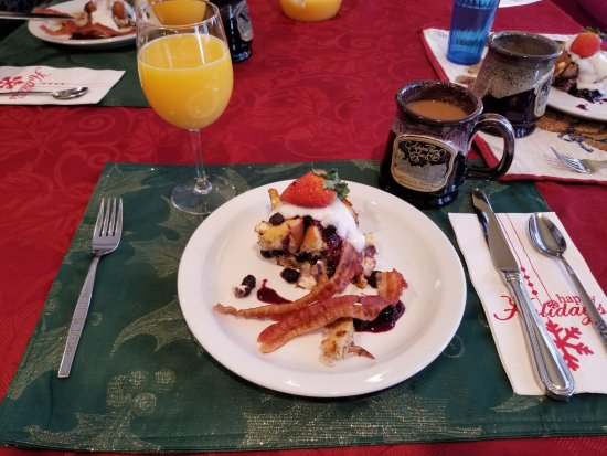 The Admiral Peary Inn Bed & Breakfast: Yummy breakfast each morning at 0830