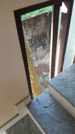 Pagoda Resorts Alleppey: Broken window on stairwell