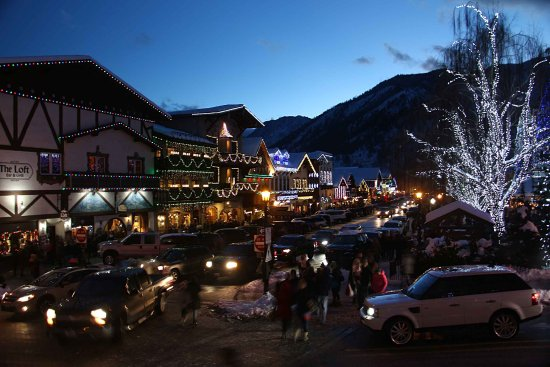 Best Western Chieftain Inn: Leavenworth, WA is a short 15 mile trip to the west o Hwy. 2, extremely popular during Christmas