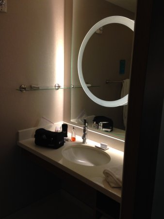 SpringHill Suites Oklahoma City Moore: Bathroom w sink, counter, bathtub with shower