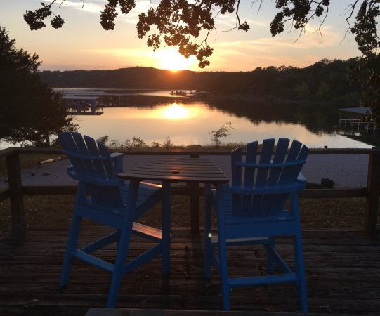Reeds Spring, Μιζούρι: Relax and enjoy our shaded lakefront picnic and viewing deck overlooking Table Rock Lake.