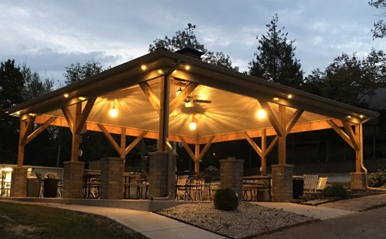 Reeds Spring, Μιζούρι: Spend time with family and friends under our new (2017) pavilion alongside the pool and playgrou