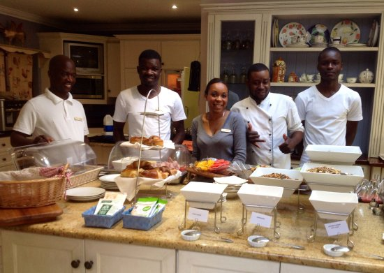 Fernwood Manor: Breakfast buffet with the friendly staff