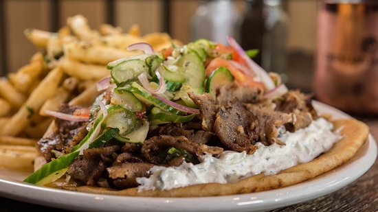 Pleasant Hill, Califórnia: Open face Gyro sandwich with Tzatziki and fries - perfect combo
