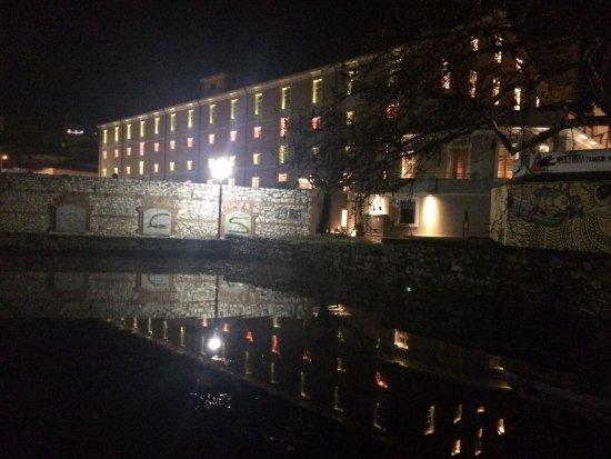 Η εικόνα του ξενοδοχείου το βράδυ με τα νερά της Αγίας Βαρβάρας