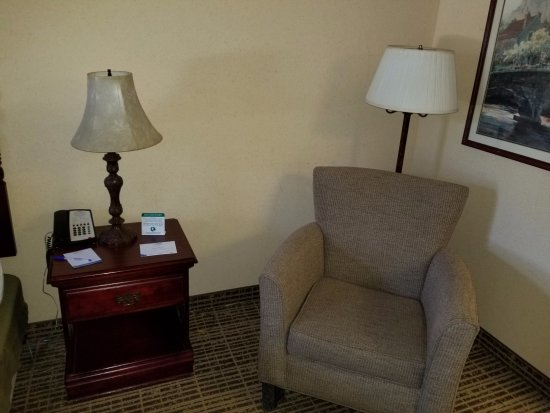 Bon Baymont By Wyndham Ormond Beach: Outdated Furniture.