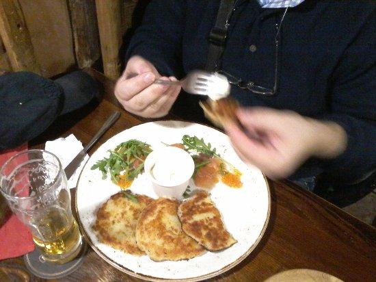 Etno Dvaras: Kartoffelpuffer mit Lachskaviar