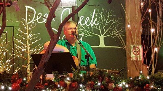 Hondo, Техас: Keith Lutz singing at Deep Creek Depot