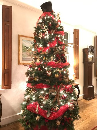 Berkeley Springs, Virginia Barat: Reception area was nicely decorated for the holiday.