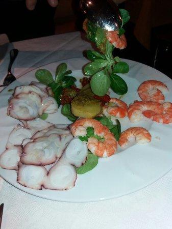 Trichiana, Italia: Grigliata di pesce , dolci, antipasto