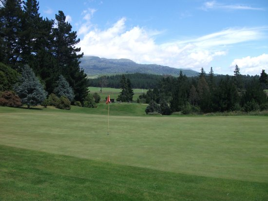 Turangi, Nueva Zelanda: 7th green looking down to the tee
