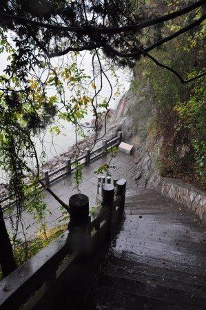Chibi, China: 走向江边