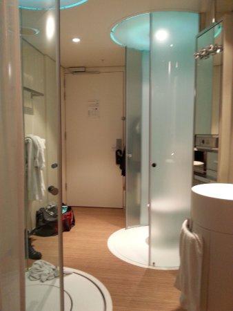 citizenM Amsterdam: bad im zimmer links dusche rechts toilette