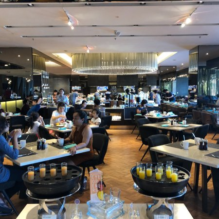 Le Meridien Kota Kinabalu: ラウンジからの眺めと朝食の風景。ラウンジで気配り最高のスタッフさんはMizanさん(男性)とDianaさん(女性)でした。口コミでまちがえてましたので、訂正いたします。