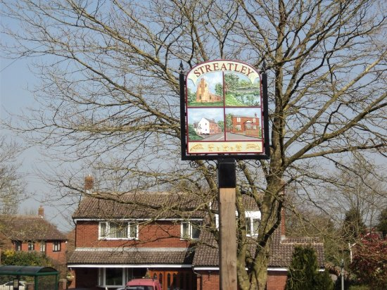 Streatley, UK: Strealey village sign from the Chequers