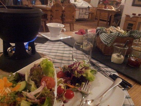 Thalgau, Österreich: Rind- und Hähnchen Fondue mit Gemüse, Soßen, Salat, Rotwein...