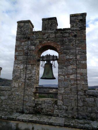 Staggia, Italia: la campana sulla torre longobarda