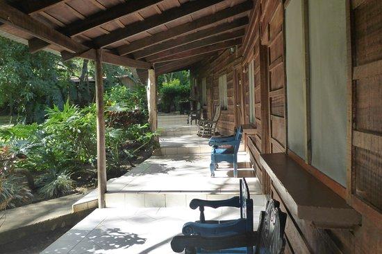 Rincon de la Vieja Lodge: Gemütliche Veranda mit ungemütlichen Stühlen.