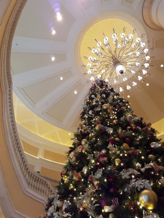 Four Seasons Hotel Macau, Cotai Strip: Christmas tree and the grand staircase
