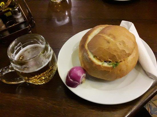 Παραδοσιακή νόστιμη σούπα μέσα σε ψωμί... Μπίρα τοπική, όχι κάτι ιδιαίτερο