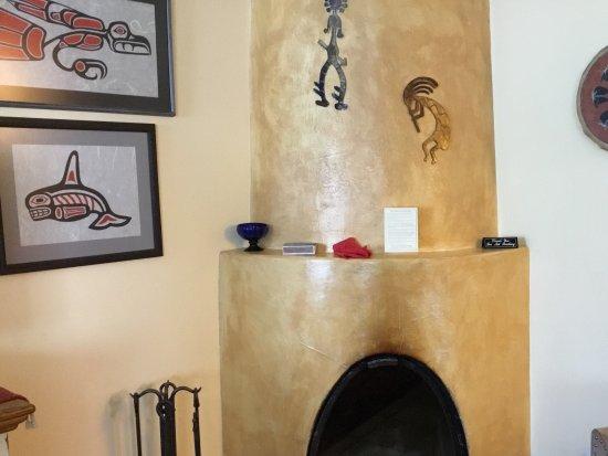 El Farolito B&B Inn: Kiva fireplace