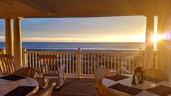 Elizabeth Pointe Lodge: Outdoor porch overlooking the ocean. Dine, read, or great spot to just relax.